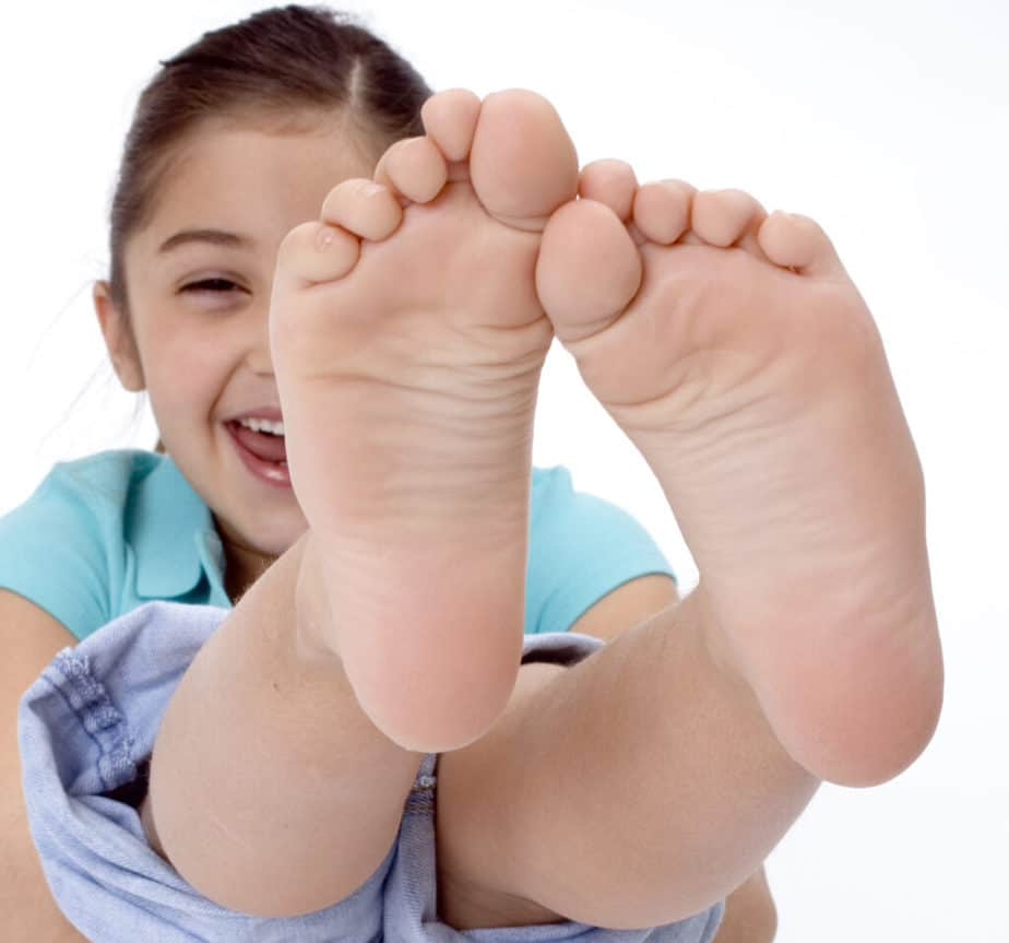 A little girl with flat soles.