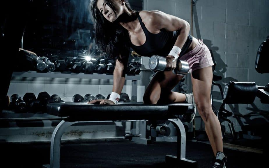 A girl has a training for achieve fitness goals.