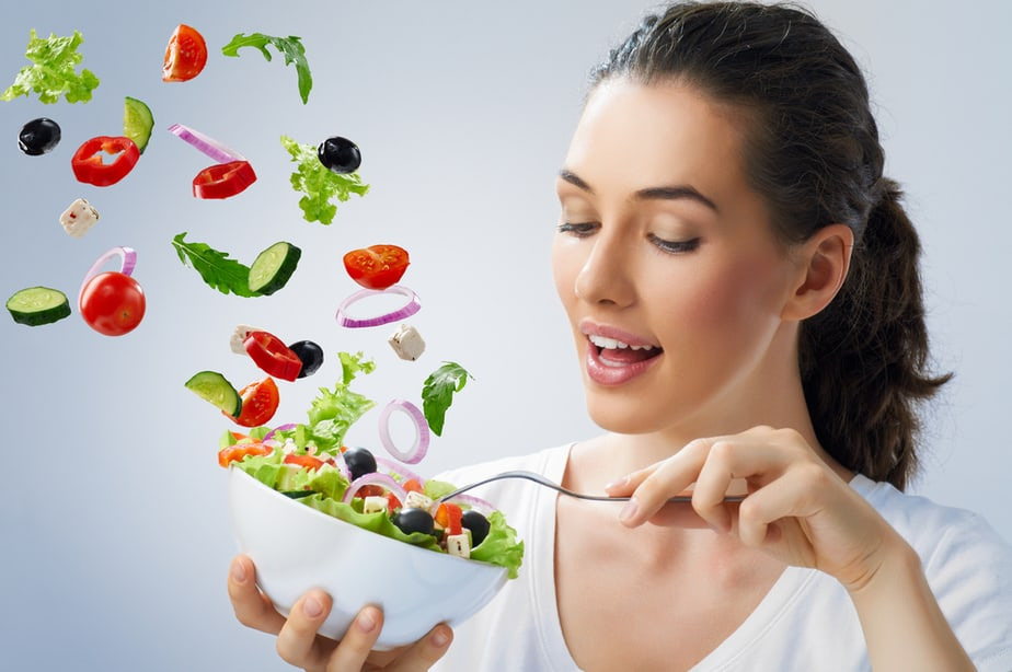 How to successfully train your appetite - a girl is healthy eating.
