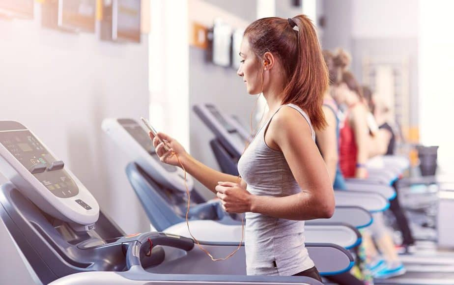 How to Oppose Demotivators - a girl is listening music at the gym.